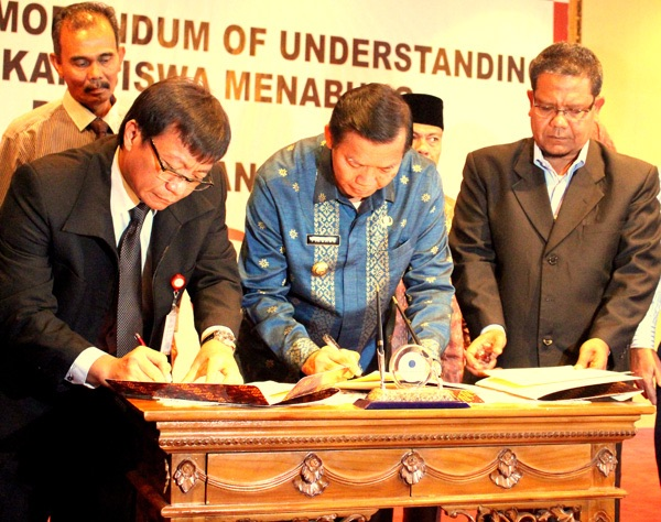 Head of OJK Office of Riau Province Signs MoU on Saving Movement for Students and Financial Education