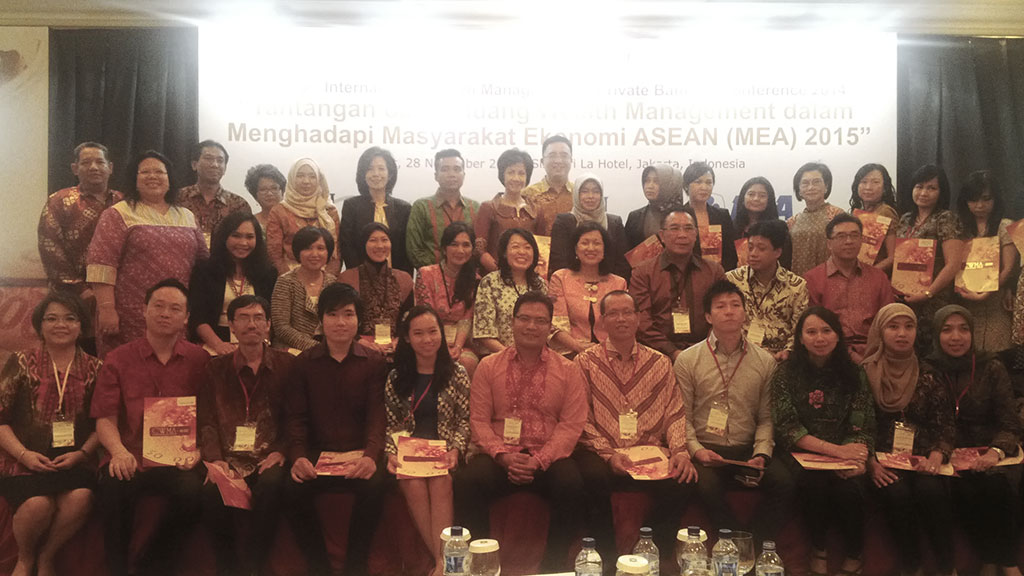 Anggota DK Bidang EPK menyerahkan sertifikat di Acara The 5th International Wealth Management and Private Banking 2014